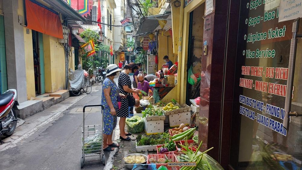 Hà Nội ngày đầu giãn cách xã hội: Hàng hóa đầy ắp các siêu thị, chợ dân sinh