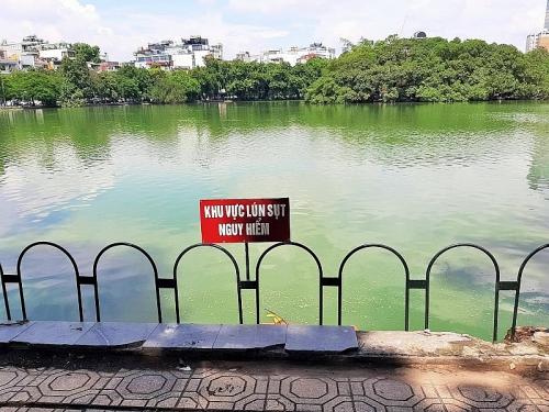 Người dân vui mừng khi Hồ Hoàn Kiếm được lắp hàng rào cảnh báo