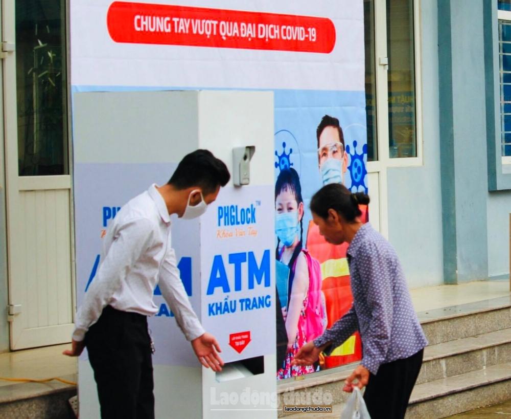 """Nâng cao ý thức phòng chống dịch từ cây """"ATM khẩu trang"""" miễn phí"""