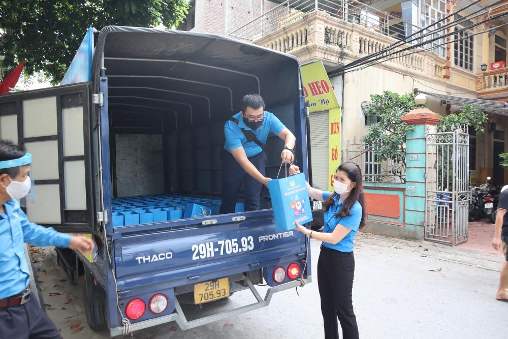 """""""Chuyến xe Siêu thị 0 đồng"""" chuyển gần 200 suất quà đến với người lao động quận Nam Từ Liêm"""