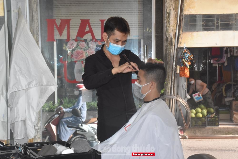 """Người dân Thủ đô háo hức đi cắt tóc, gội đầu sau nhiều ngày """"ai ở đâu, ở đó"""""""