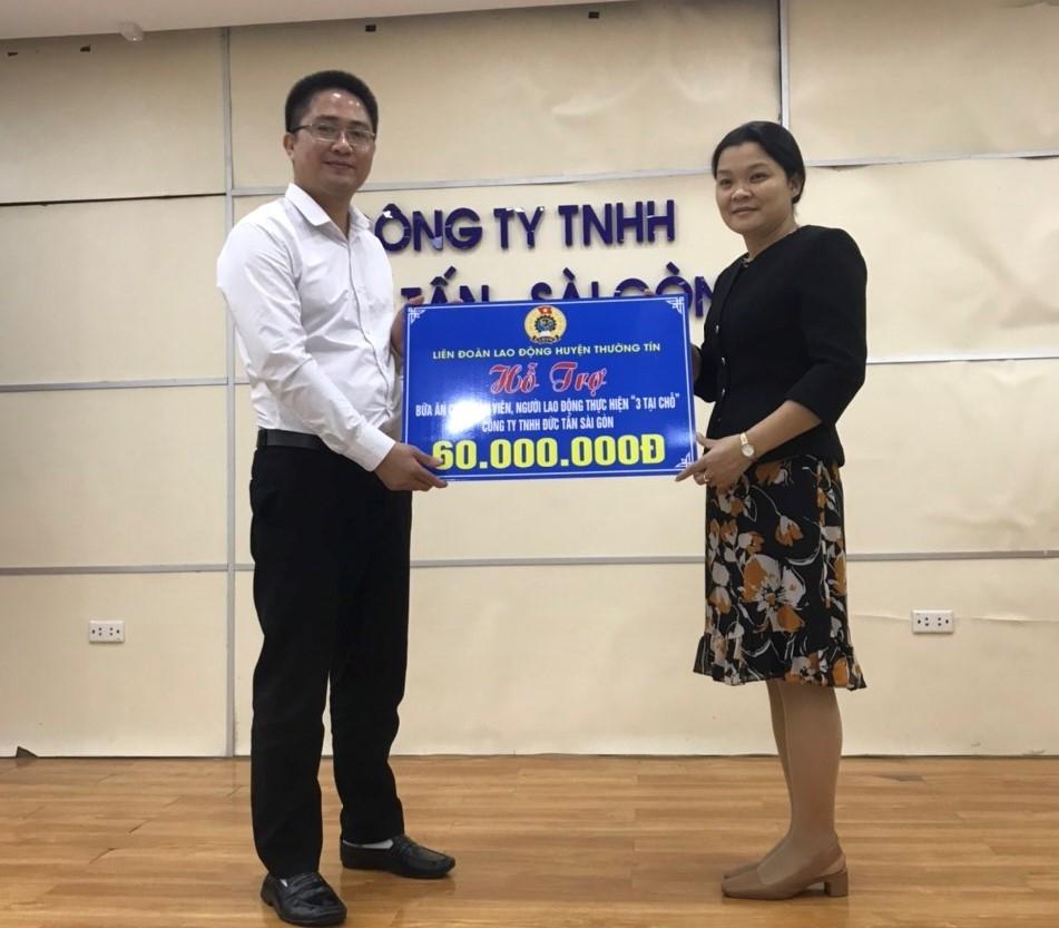 """LĐLĐ huyện Thường Tín trao kinh phí hỗ trợ bữa ăn cho công nhân thực hiện """"3 tại chỗ"""" đợt 2"""