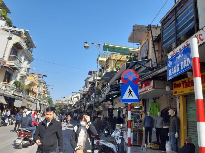 Nhịp sống sôi động ở phố Hàng Đào