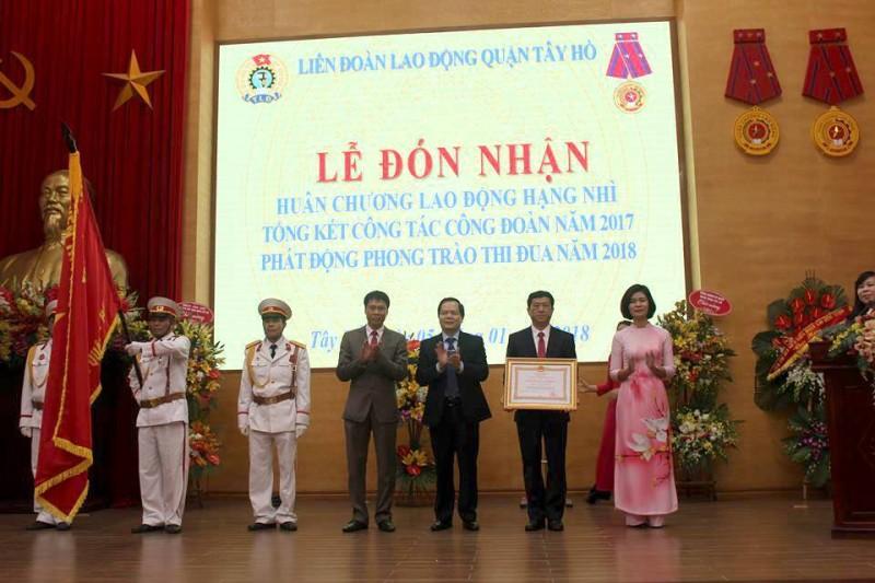 LĐLĐ quận Tây Hồ đón nhận Huân chương Lao động hạng Nhì