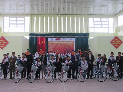 Trao tặng xe đạp, nâng bước học sinh nghèo Duy Tiên, Hà Nam