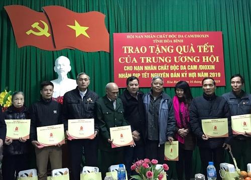 Tặng quà Tết tới nạn nhân bị nhiễm chất độc da cam tại Hòa Bình và Sơn La