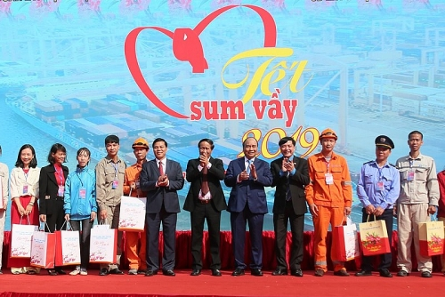 Thủ tướng Nguyễn Xuân Phúc trao quà, động viên công nhân lao động Hải Phòng