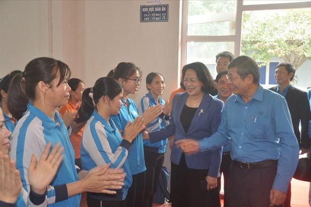 Phó Chủ tịch nước Đặng Thị Ngọc Thịnh trao quà Tết tới công nhân may Bắc Giang