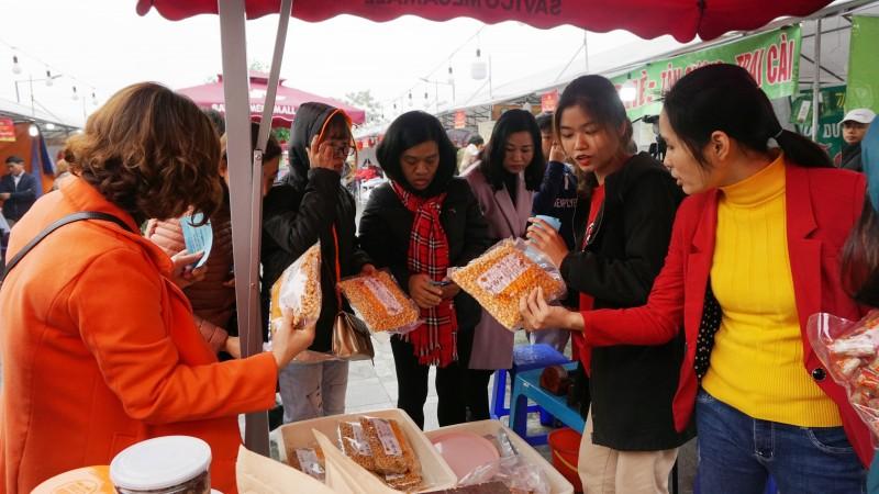 Vui sắm Tết cùng đoàn viên, người lao động quận Long Biên