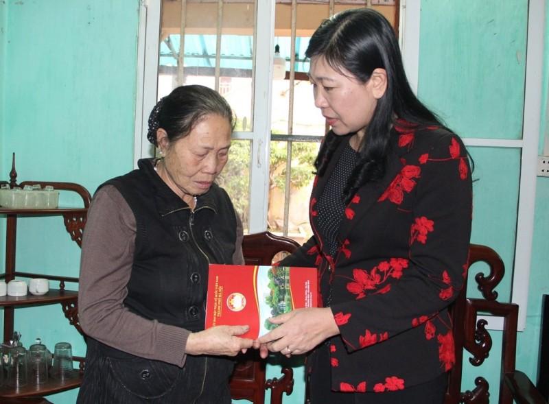 Chủ tịch Ủy ban MTTQ thành phố Nguyễn Lan Hương thăm hỏi 3 gia đình liệt sĩ
