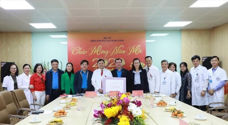 Chủ tịch Tổng Liên đoàn Nguyễn Đình Khang tặng quà động viên người lao động trực Tết