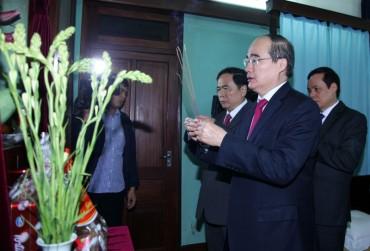 Chủ tịch Nguyễn Thiện Nhân dâng hương tưởng nhớ Bác Hồ
