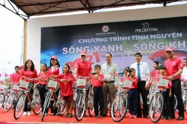Prudential trao 90 chiếc xe đạp đến học sinh nghèo hiếu học