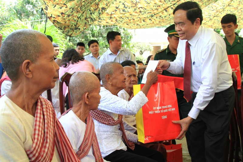Tặng quà Tết tới người nghèo và bộ đội biên phòng tỉnh An Giang
