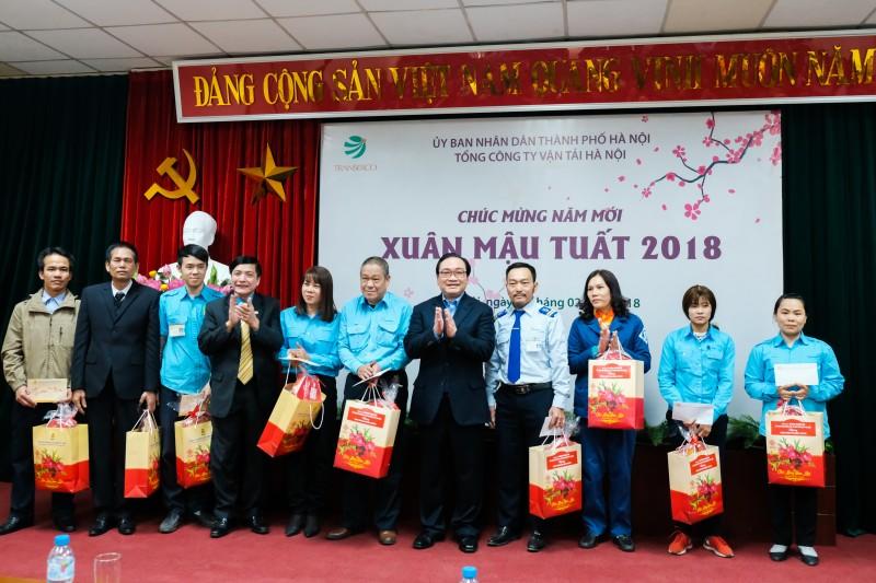 Bí thư Thành ủy Hoàng Trung Hải thăm, tặng quà Tết công nhân