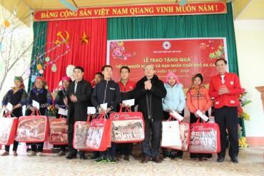 Đồng chí Trần Quốc Vượng thăm, tặng quà Tết đồng bào tỉnh Yên Bái