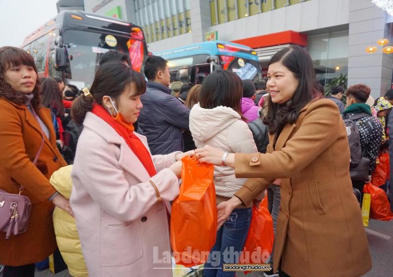 Long Biên: Tổ chức chuyến xe nghĩa tình, đưa công nhân về quê đón Tết