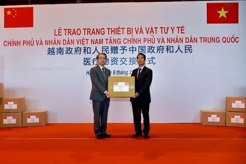 Việt Nam trao tặng Chính phủ và nhân dân Trung Quốc trang thiết bị, vật tư, y tế
