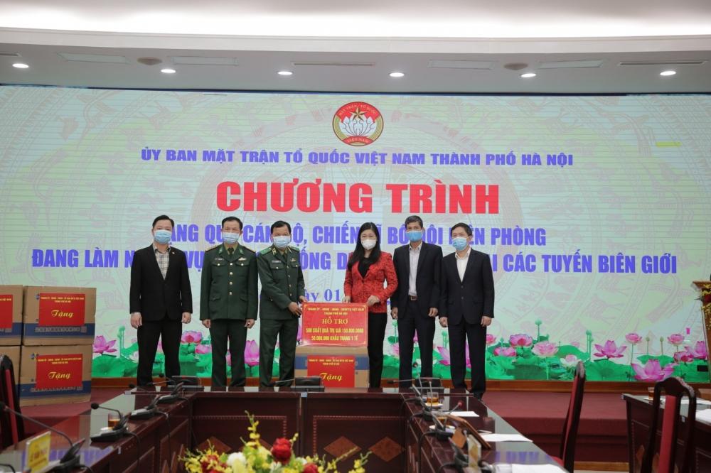 Lãnh đạo Mặt trận Tổ quốc thành phố Hà Nội trao hỗ trợ tới lực lượng tuyến đầu phòng chống dịch