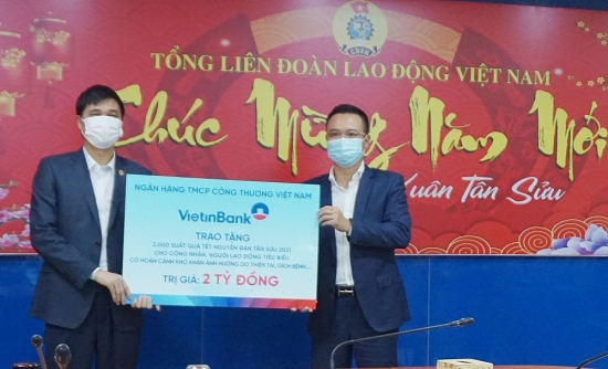 Tổng Liên đoàn tiếp nhận 2.000 suất quà Tết trị giá 2 tỷ đồng từ VietinBank