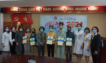 Lãnh đạo Bảo hiểm xã hội thành phố Hà Nội thăm, tặng quà Tết tới bệnh nhân bảo hiểm y tế