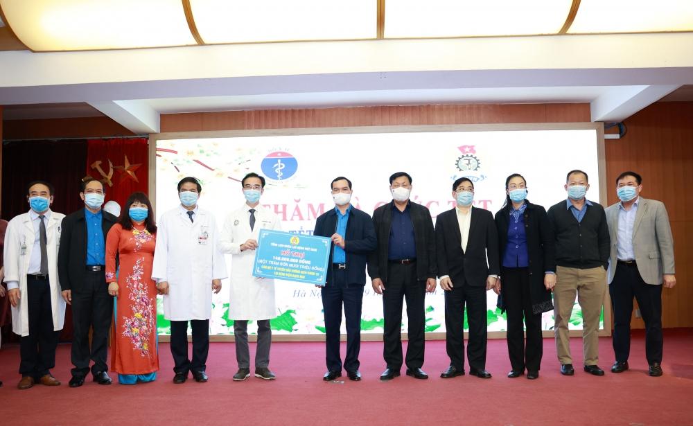 Chủ tịch Tổng Liên đoàn Nguyễn Đình Khang thăm, chúc Tết cán bộ y tế tuyến đầu chống dịch