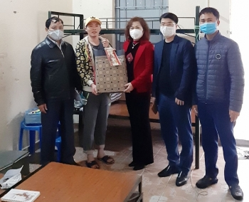 Liên đoàn Lao động quận Long Biên thăm, tặng quà công nhân không về quê đón Tết