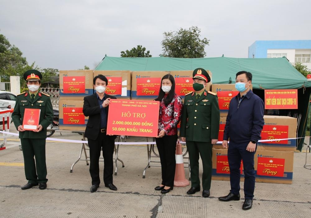Thành phố Hà Nội trao 2 tỷ đồng và 50.000 khẩu trang y tế hỗ trợ tỉnh Hải Dương phòng chống dịch