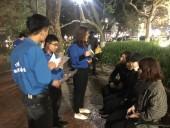 Cảm động tấm lòng thanh niên tình nguyện với chị lao công