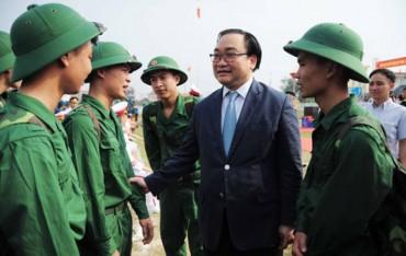 Bí thư Thành ủy Hoàng Trung Hải động viên tân binh lên đường nhập ngũ