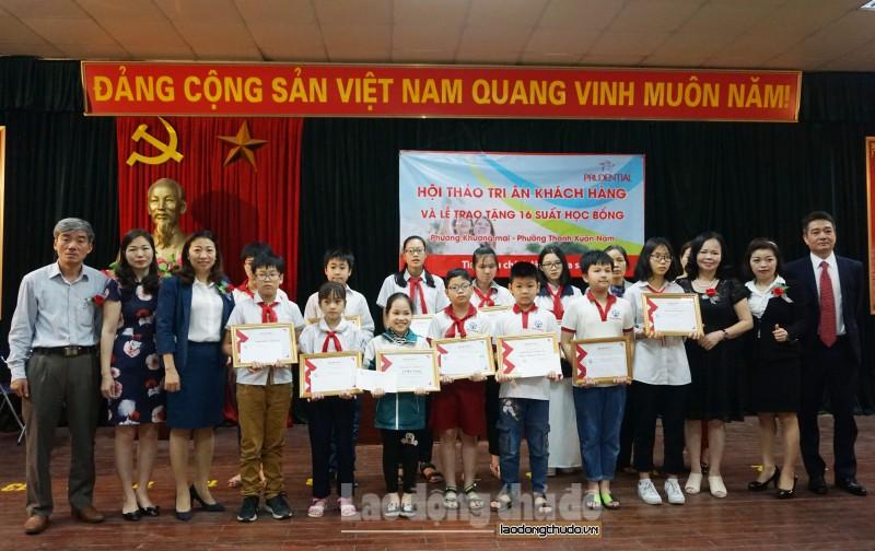 Trao 16 suất học bổng, động viên học sinh nghèo hiếu học quận Thanh Xuân