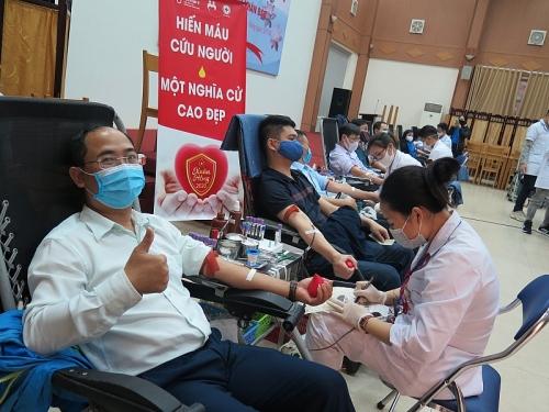 Đoàn viên công đoàn cơ quan Bảo hiểm xã hội Việt Nam tham gia hiến máu tình nguyện