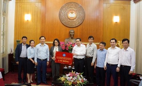 Bảo hiểm xã hội Việt Nam trao 2 tỷ đồng ủng hộ công tác phòng chống dịch Covid-19