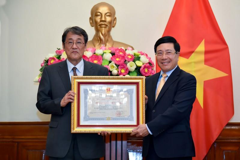 Trao Huân chương Hữu nghị cho Đại sứ đặc mệnh toàn quyền Nhật Bản tại Việt Nam