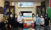 Trao tặng 2.000 phích nước Rạng Đông, chung tay cùng y, bác sĩ đẩy lùi dịch bệnh