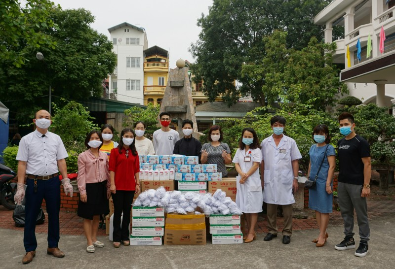 Trao 2.000 khẩu trang và nhiều phần quà ý nghĩa tới các y, bác sĩ tuyến đầu chống dịch