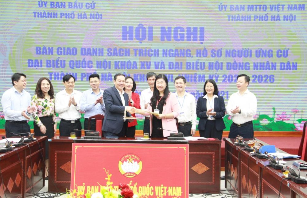 Hà Nội: Bàn giao 260 bộ hồ sơ ứng cử đại biểu Quốc hội và đại biểu Hội đồng nhân dân Thành phố