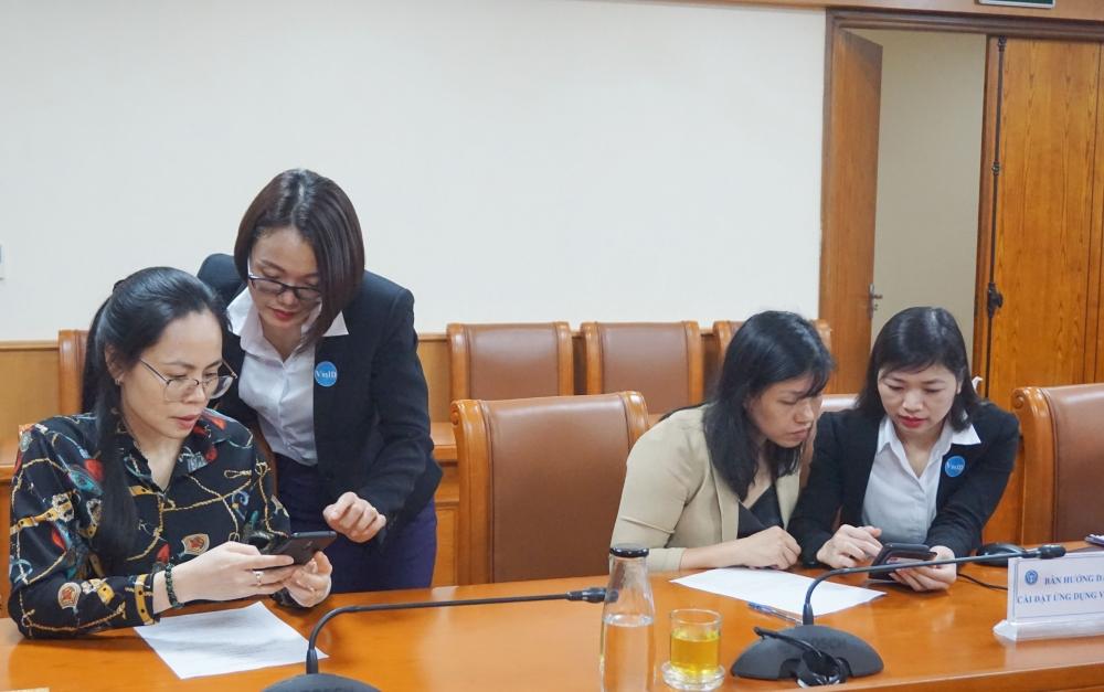 Cán bộ, công chức cơ quan Tổng Liên đoàn Lao động Việt Nam cài đặt ứng dụng VssID