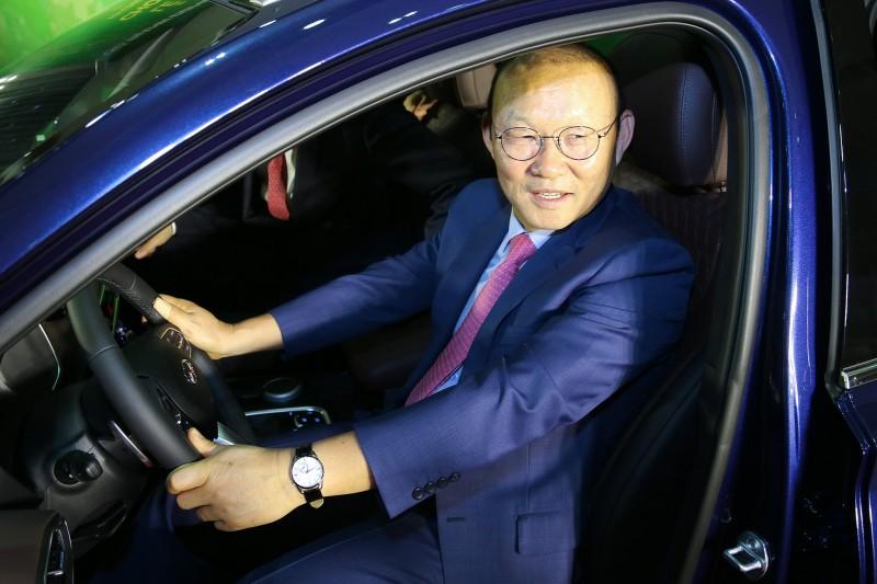 Huấn luyện viên Park Hang Seo được tặng xe Hyundai Santa Fe