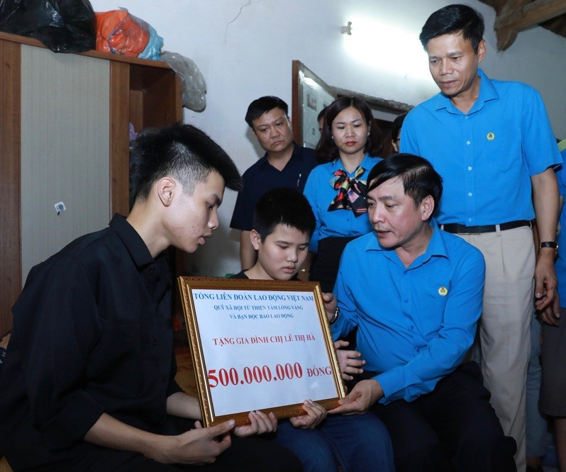 trao 500 trieu dong toi gia dinh nu cong nhan thiet mang do tai nan lao dong