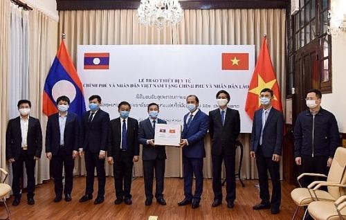 Trao tặng trang thiết bị y tế hỗ trợ Lào và Campuchia phòng chống dịch Covid-19