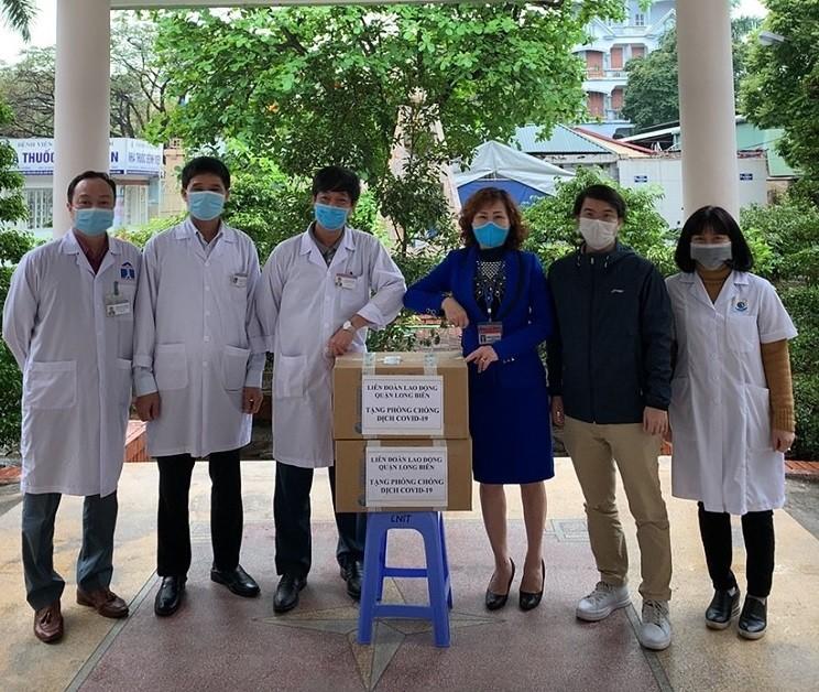 LĐLĐ quận Long Biên tặng khẩu trang và khăn giấy tới đoàn viên, người lao động