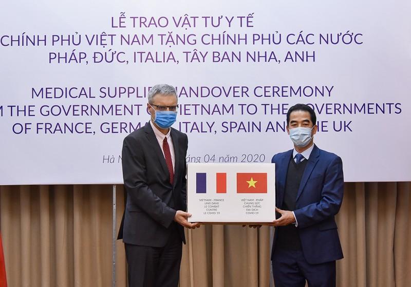 Việt Nam trao tặng vật tư y tế hỗ trợ phòng chống dịch tới một số nước Châu Âu