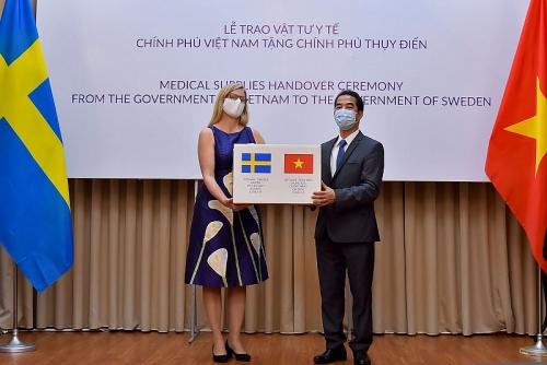Trao tặng 100.000 khẩu trang vải kháng khuẩn tới Chính phủ và nhân dân Thụy Điển