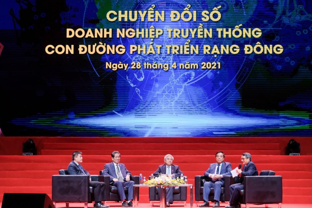 Công đoàn Công ty Cổ phần Bóng đèn Phích nước Rạng Đông được Tổng Liên đoàn tặng Cờ thi đua xuất sắc