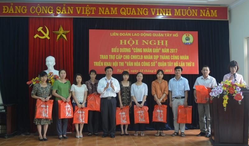 LĐLĐ quận Tây Hồ: Trao 68 suất quà cho CNVCLĐ khó khăn