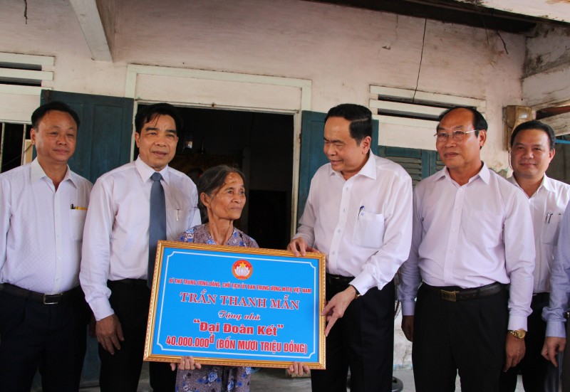 Trao tặng xe đạp và nhà đại đoàn kết tới hộ nghèo tỉnh Quảng Nam