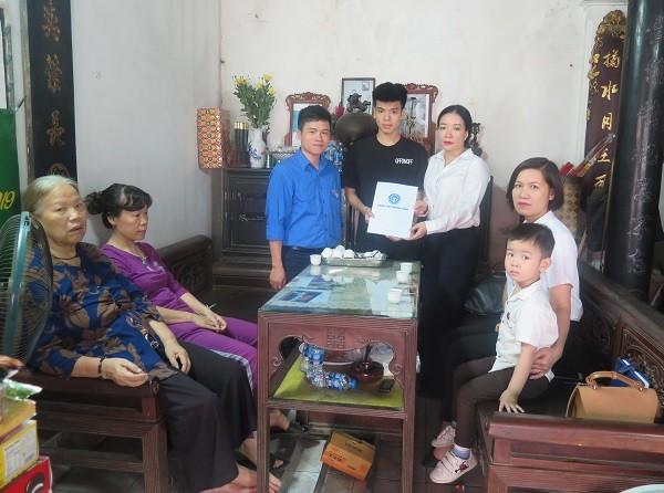 BHXH Việt Nam tặng thẻ BHYT tới hai con nữ công nhân môi trường tử nạn