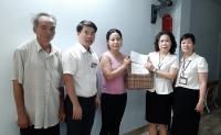 LĐLĐ quận Long Biên: Thăm, tặng quà tới đoàn viên có hoàn cảnh khó khăn