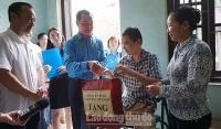 Lãnh đạo Tổng Liên đoàn đến thăm, tặng quà công nhân môi trường Thủ đô bị tai nạn lao động